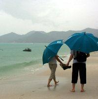 дождь на пляже в тайланде
